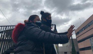 Desde un puente frente a La Raza, familiares saludan a sus enfermos de COVID