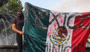 Feministas se manifiestan en la glorieta del Paseo Lázaro Cárdenas y tiñen de rojo la fuente de Uruapan