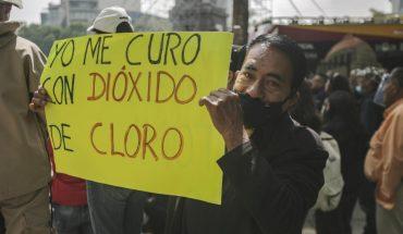 Médicos y ciudadanos se manifiestan en CDMX contra el cubrebocas y a favor del dióxido de cloro, falsa cura del COVID