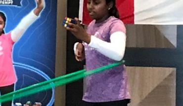 Niña rompe récord al armar 30 cubos de Rubik mientras hace hula-hula. Video