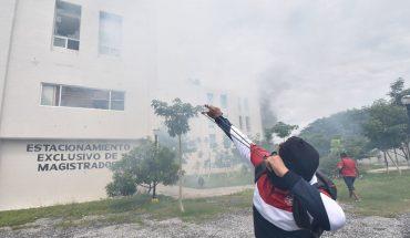 Normalistas de Ayotzinapa incendian oficinas del Congreso de Guerrero