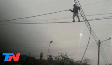 INSÓLITO | Un ladrón equilibrista trepó 10 metros para robar 20 metros de cable y revender el metal