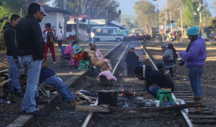 Masters of the CNTE take train tracks in Michoacán; call for job improvements