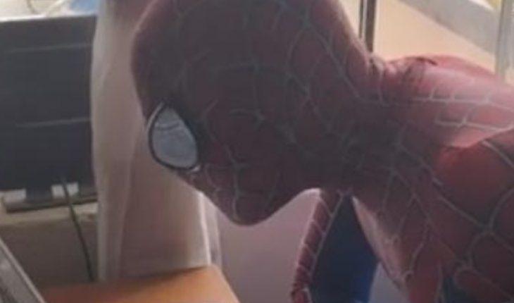 Tijuana master dresses Spiderman to give virtual class