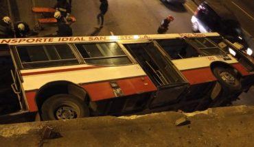 Video: un colectivo desde un puente a la avenida General Paz