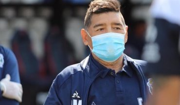 After a hug with a infected man, Maradona was isolated by COVID