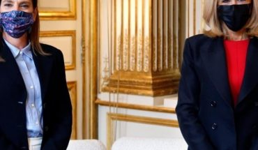 "Beatriz Gutiérrez Muller signs letter in France ""by López Obrador"""