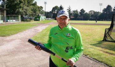 Despite pandemic and crises, AMLO plays baseball and gives forecasts