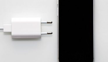 Samsung and Xiaomi make fun of Apple for not having charger on iPhone 12