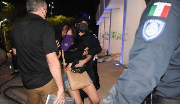 Policías disparan para dispersar protesta feminista en Cancún; al menos 4 heridos