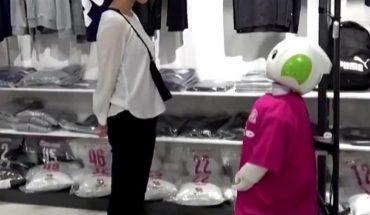 Robot en Japón hace que los clientes se pongan el cubrebocas