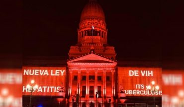 Tiñen el Congreso de rojo en reclamo por una nueva Ley de VIH