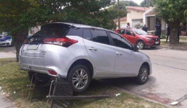 Un hombre dio marcha atrás con su auto nuevo y atropelló y mató a su esposa