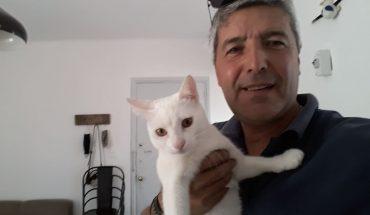 Un técnico fue a arreglar un cable y se sacó fotos con el gato de la casa