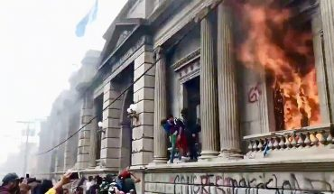 [VIDEO] Manifestantes entran y prenden fuego al Congreso en Guatemala
