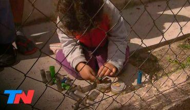 Demasiado chicos para tanto miedo: tras la toma de Guernica, una nena juega con balas de goma