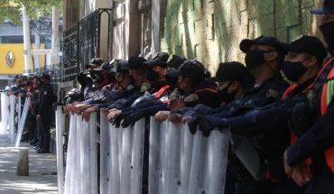 Cops encapsulate women protesting against cancun crackdown