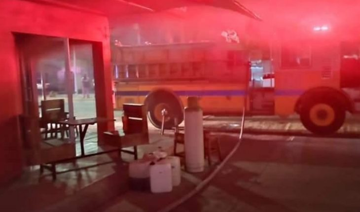 Firefighters control fire in Los Mochis business