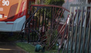 RED system bus hit two houses in Maipú commune