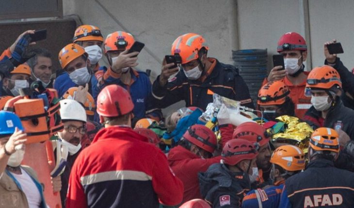 [VIDEO] Turkey: rescue girl from building rubble four days after earthquake