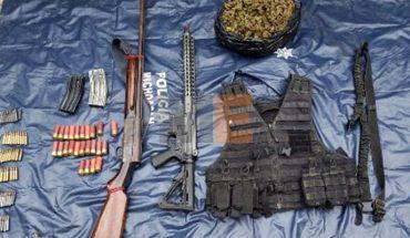 Aseguran SSP y GN un arma de fuego y cuatro vehículos en Aguililla