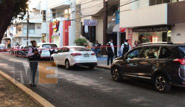 Ladrones tratan de robar auto, pero los atropellan