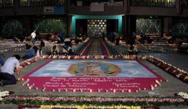 Tapete de flores y veladoras en la Basílica de Guadalupe