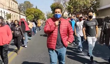Trabajadores eventuales de la CNTE cierran avenida Camelinas
