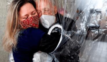 Un conmovedor abrazo entre una hija y su padre enfermo de coronavirus