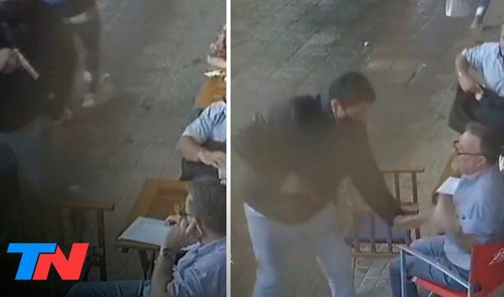 Se sentó a tomar una cerveza en la vereda de un bar y lo encañonaron para robarle