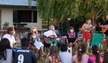 Visita Alberto Fernández a niños sin hogar en víspera de Navidad