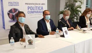 Presents his book Sergio Jacobo entitled 'Comparative Politics'