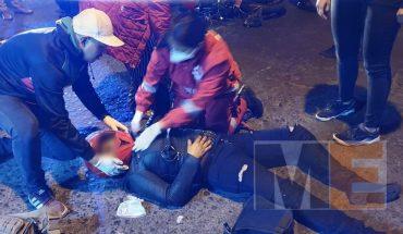 Pareja queda herida tras chocar su moto contra un auto que se dio a la fuga