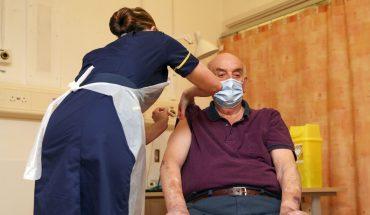 Reino Unido, primero en aplicar vacuna de AstraZeneca contra la COVID