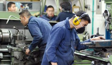 Según la UIA, el empleo registrado aumentó por quinto mes consecutivo