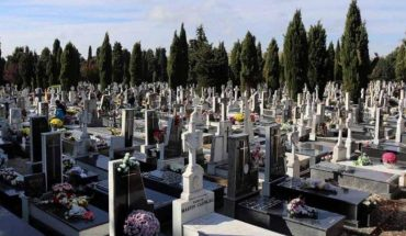 Cerraron el cementerio y dejaron a un hombre adentro