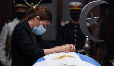 El velatorio de Menem continúa hasta las 15 y sus restos serán inhumados en el cementerio islámico
