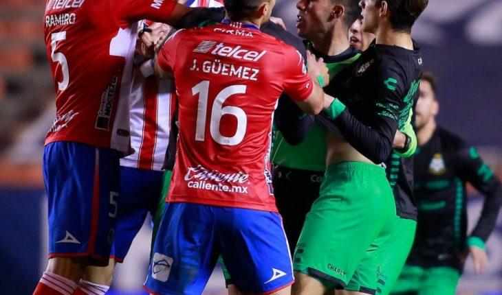 Felix Torres pushed a stadium handball