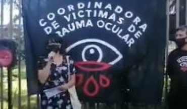 Victims of eye trauma show support for injured teacher during demonstration in Plaza Italia