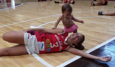 Antonella González, la jugadora de básquet que amamantó a su hija en pleno partido