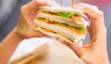 Argentina tiene el mejor sandwich de miga del mundo: es con roquefort y jamón