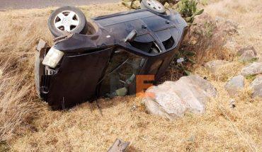 Auto vuelca y es abandonado en Lagunillas, Michoacán