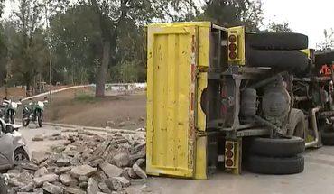 Camión se volcó e impacto a cinco vehículos en Las Condes: Colisión dejo al menos seis lesionados
