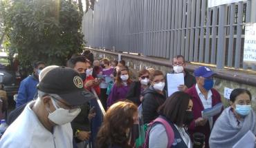 Entre largas filas y desesperación esperan alcanzar vacunas en Jalisco
