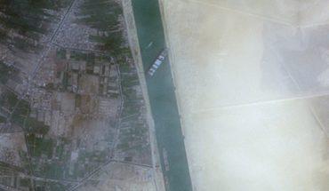 Insólito: un buque encalló y bloquea el comercio en el Canal de Suez