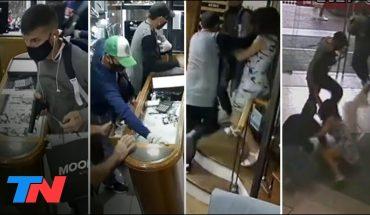 IMPUNES Y A PLENA LUZ DEL DÍA | Tres delincuentes robaron una joyería en una galería de Villa Devoto