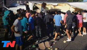 Se llevan mercadería de un camión que volcó en la Panamericana