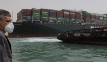 First attempt to refloat megabuque run aground in Suez Canal fails