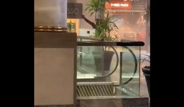 [VIDEO] Assault on jewelry at Alto Las Condes mall was perpetrated by at least ten guys with overalls: they confirm arrest of two suspected involved