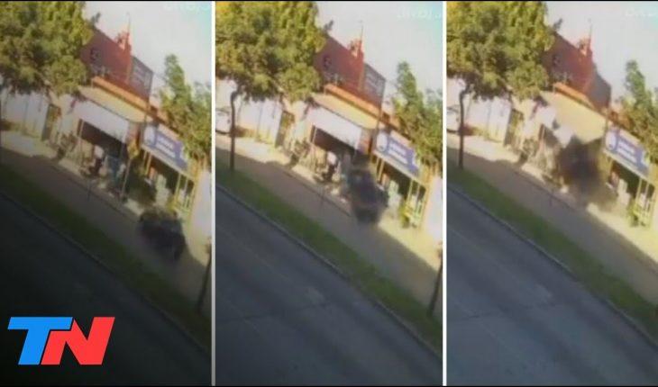 Manejaba a alta velocidad, perdió el control del auto y terminó incrustado en la entrada de un bazar